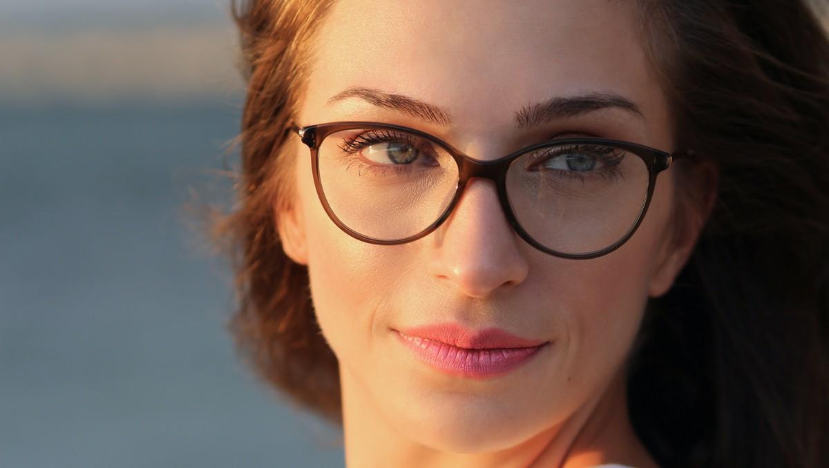 Mladá žena vsadila na ty správné brýle.