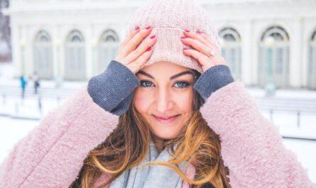 Zimní čepice růžové hlavy na mladé dívce.