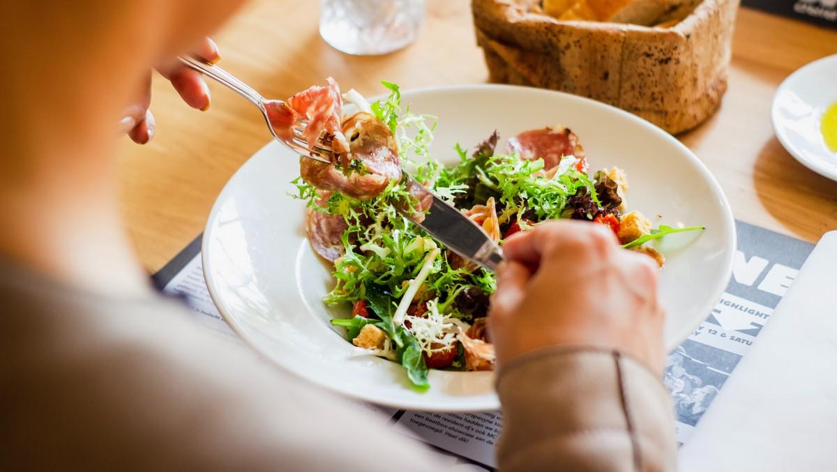Žena si dopřává patřičné diety v podobě zdravé stravy.