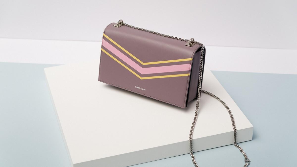 Malá kabelka určená pro společenské příležitosti.