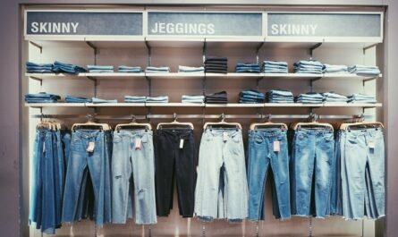 Kalhoty vystavené na ramínkách a určené k prodeji.