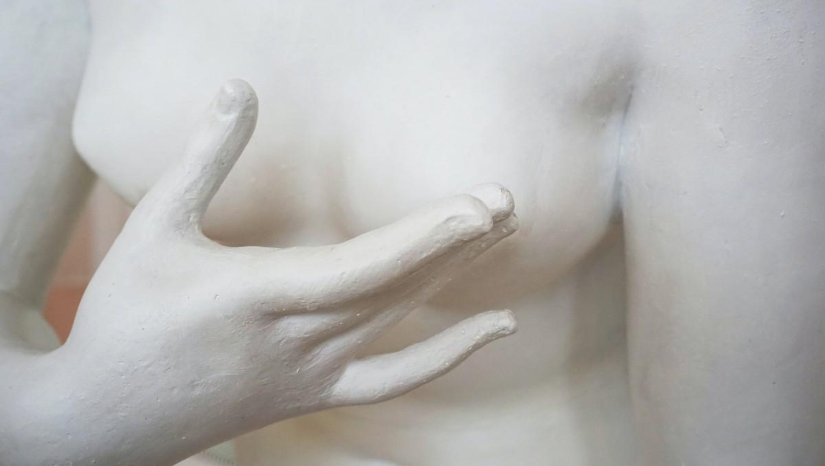 Socha ztělesňuje, jak se provádí samovyšetření prsu.