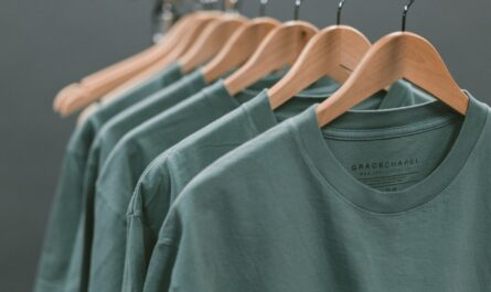 Jedno tričko za druhým pověšené na ramínku.
